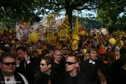 Demonstranten vor dem Landtagsgebäude