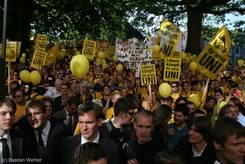 Demonstration vor dem Landtag, dabei unter anderem ein Plakat mit dem Konterfei von Jost de Jager und dem Spruch 'Ich habe nicht gelogen! Ehrenwort?'