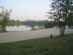 Der Badesee des Campingplatzes am frühen Morgen
