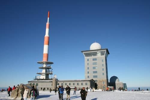 Der Brockengipfel bei bestem Winterwetter - Eis, Schnee und Sonnenschein
