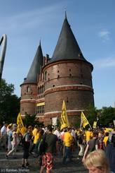 Der Demonstrationszug erreicht das Holstentor