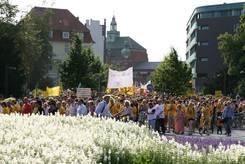 Der Demonstrationszug vom Bahnhof setzt sich in Bewegung
