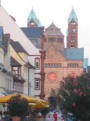 Der Dom zu Speyer von der Seite Der Dom von vorne Der hintere Teil des Doms Statue am Eingang des Doms Ein Teil der Stadtmauer hinter dem Dom Haus in der Fußgängerzone von Speyer In der Abendsonne leutete das runde Fenster des Doms orange Alte Autos im Technik-Museum