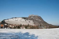 Der Hohentwiel mit seiner mächtigen Festung bei Schnee im Winter