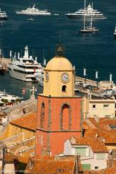 Der Kirchturm mit dem Yachthafen im Hintergrund