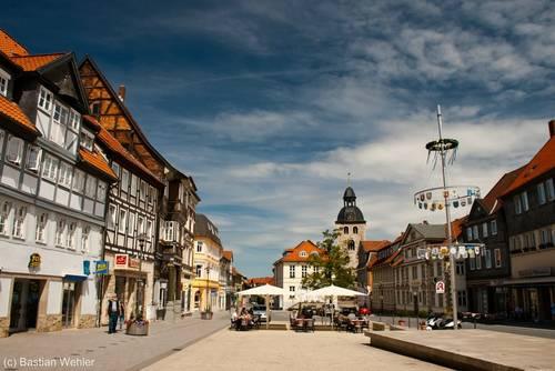 Der Marktplatz von Königslutter wird von vielen alten Häusern, darunter einigen Fachwerkhäusern, gesäumt