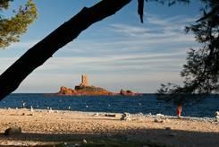 Der Plage du Débarquement mit der Île d'Or im Hintergrund