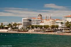 Der Strand von Saint-Raphaël mit der Altstadt im Hintergrund
