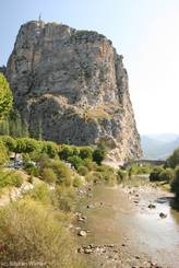 Der Verdon, im Hintergrund der große Kalksteinfelsen mit der Kapelle Notre-Dame du Roc am Rand von Castellane