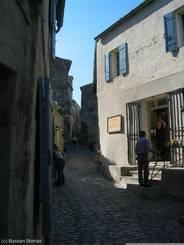 Der Weg in Les Baux-de-Provence hinauf zur Burg 'Château des Baux'