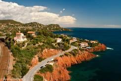 Die Bahnstrecke Marseille - Nizza verläuft wie die Corniche d'Or entlang der landschaftlich sehenswerten Küste des Esterel-Massivs