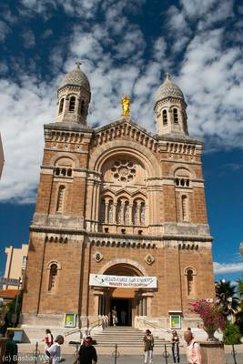 Die Basilika Notre-Dame-de-la-Victoire-de-Lépante in Saint-Raphaël mit goldener Statue auf dem Dach