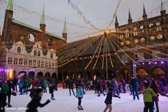 Die große Eisbahn mit dem Lübecker Rathaus im Hintergrund