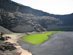 Die grün schimmernde Lagune Charo de los Clicos im Krater von El Golfo