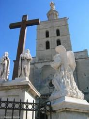 Die Kathedrale Notre-Dame des Doms d'Avignon mit ihrer goldenen Statue der Jungfrau Maria