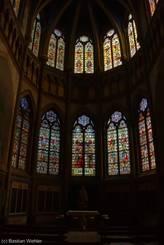 Die Kirche ist reich an bunten Glasfenstern