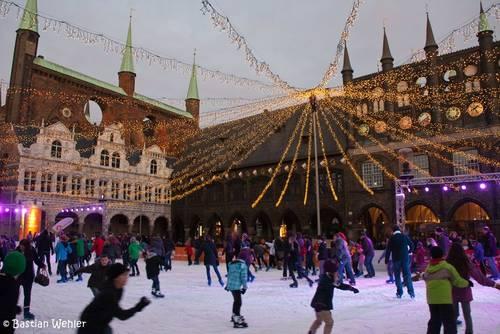 Die Lübecker Eisbahn 2012 vor der historischen Kulisse des Rathauses