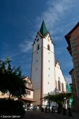 Die Stadtkirche Mariä Himmelfahrt in Engen, weiße Wände und eine grünes Dach