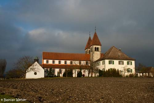 Die Stiftkirche St. Peter und Paul auf der Insel Reichenau im Bodensee ist Teil des UNESCO-Weltkulturerbes