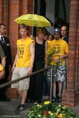 Die Zuhörer der Diskussion in St. Petri legen beim Verlassen der Kirche gelbe Blumen vor dem Eingang nieder