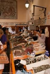 Direkt am Hafen werden unzählige Sorten frischer Fische und Meeresfrüchte verkauft