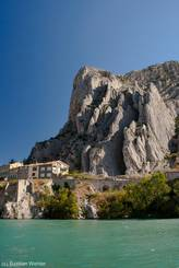 Direkt am Ufer der Durance ragt der faltige Felsen Rocher de la Baume und prägt das Bild von Sisteron