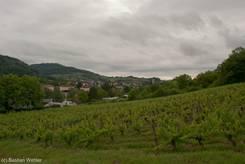 Dunkle Wolken über Arbois und den umliegend Weinfeldern