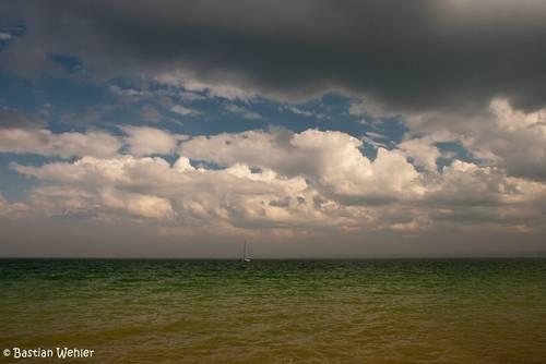 Dunkle Wolken ziehen über der Ostsee auf, dazwischen immer wieder ein paar Lücken, typisches Aprilwetter