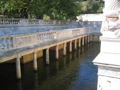 Durch den ab 1745 in Nîmes angelegten Park fließt das Wasser einer Quelle
