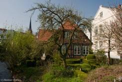 Ein altes Bürgerhaus mit kleinem Garten am Rand der Altstadt von Bad Oldesloe
