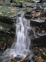 Ein kleiner Wasserfall in der Nähe der Okertalsperre