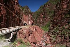 Felsen aus rotem Schiefergestein bilden den oberen Teils der Gorges du Cians