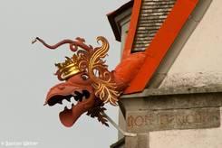 Gekrönter Drachenkopf als Wasserablauf am Dach der Kirche in Stein am Rhein
