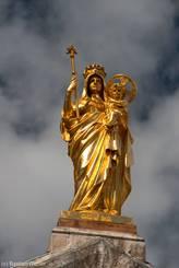 Goldene Statue auf dem Dach der Basilika Notre-Dame-de-la-Victoire-de-Lépante