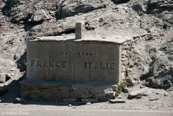 Grenzstein zwischen Frankreich und Italien auf dem Col Agnel