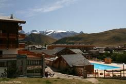 Häuser und Freibad in Alpe d'Huez