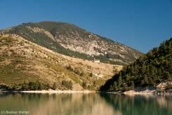Idyllische Berglandschaft mit einer kleinen Kapelle hoch über dem Lac de Castillon