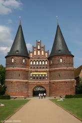 Im Rahmen der Aktion 'Lübeck kämpft für seine Uni' hängt im Sommer 2010 ein gelbes Banner am Holstentor
