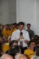 Im weiteren Verlauf der Diskussion dürfen im Publikum Fragen an die Runde gestellt werden