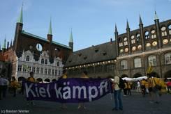 'Kiel kämpft' ist auch auf dem Lübecker Marktplatz dabei