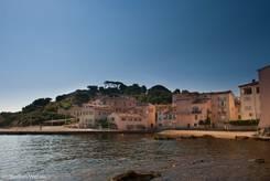 Kleiner Strand unweit des Hafens mit der Festung von Saint-Tropez im Hintergrund der Häuser