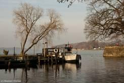 Kleines Fischerboot am Ufer des Ratzeburger Sees