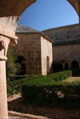 Kreuzgang der Abbaye du Thoronet mit Brunnenhaus