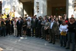 Landtagsabgeordnete vor dem Kieler Landeshaus