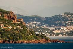 Links etwas höher in den roten Felsen des Esterel verläuft die Corniche d'Or