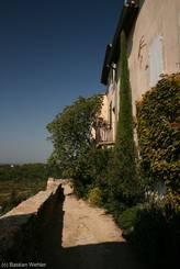 Luberon/Ménerbes: Kleine Gasse mit Aussicht über das Umland