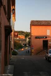 Luberon: Rue de la Poste in Roussillon am Abend