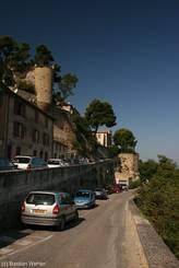 Luberon: Straße in Ménerbes