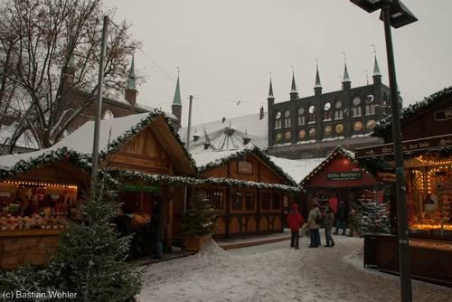 Lübeck: Weihnachtsmarkt auf dem Platz vor dem Rathaus (22.12.2009)