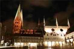 Lübecker Rathaus und St. Marien Kirche bei Nacht